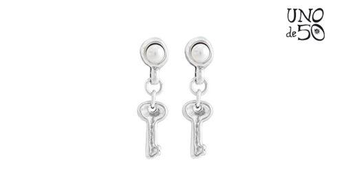 Orecchini Uno de 50 Llavestruz PEN0523BPLMTL0U modello pendente in argento placcato, sormontato da una perla e dotato di un ciondolo a forma di chiave. Gioiello realizzato a mano in Spagna.