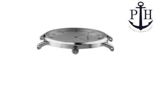 L'orologio Paul Hewitt Sailor White Sand in acciaio inox ha un cinturino in pelle nero. La cassa bianca incornicia in modo unico il quadrante senza tempo