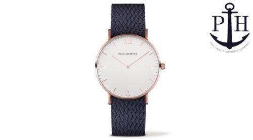 L'orologio Paul Hewitt Sailor White Sand Oro Rosa Perlon Strap Blu ha una cassa sottile bianca che incornicia in modo elegante il quadrante senza tempo. Il cinturino ultra-leggero in fibra di perlon intrecciata lo rende un accessorio di classe adatto per qualsiasi occasione.
