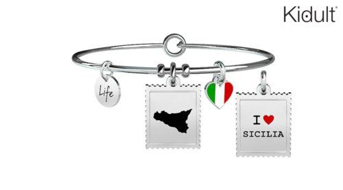 Bellissimo bracciale Kidult Sicilia Mediterraneo in acciaio con due ciondoli: uno raffigurante la Sicilia, regione simbolo del Mediterraneo, e uno a forma di cuore con il tricolore italiano smaltato.