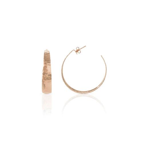 Orecchini Donna Unoaerre 000EX04148000R della collezione Bronze. Orecchini a cerchio rosè aperti dietro con lavorazione battuta. Chiusura Farfallina.Fanno parte della serie di Gioielli Unoaerre fashion Jewellery.