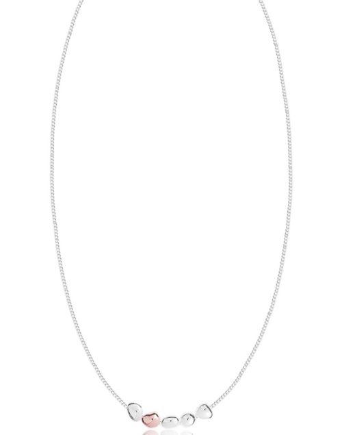 Collana donna Joma 2640. Collana della collezione Preatty Pebbles in ottone placcato argento con ciondoli a forma di ciottoli in ottone rosato. Lunghezza 46 cm + 5 cm di estensione.