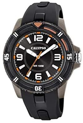 Orologio Calypso Digitale Uomo K5759/6 della collezione Street Life. L'orologio è di colore nero e presenta una cassa in plastica di forma rotonda con inserti grigi di dimensione 51 mm . Il quadrante è nero con, alternati, indici a numeri arabi e a bastoni di colore bianco. Il cinturino è in silicone di color nero. Sono presenti inserti color rosso sul quadrante e sulla ghiera.