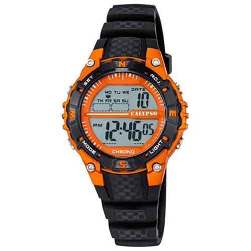 Orologio Calypso Digitale Uomo/Bambino K5684/7della collezione dame/boy. Questo modello ha la cassa in plastica arancione di dimensione 38 mm , rotondo. Il cinturino è in gomma nero e il display digitale con pulsante luce led. La resistenza all'acqua è di 10 atm .
