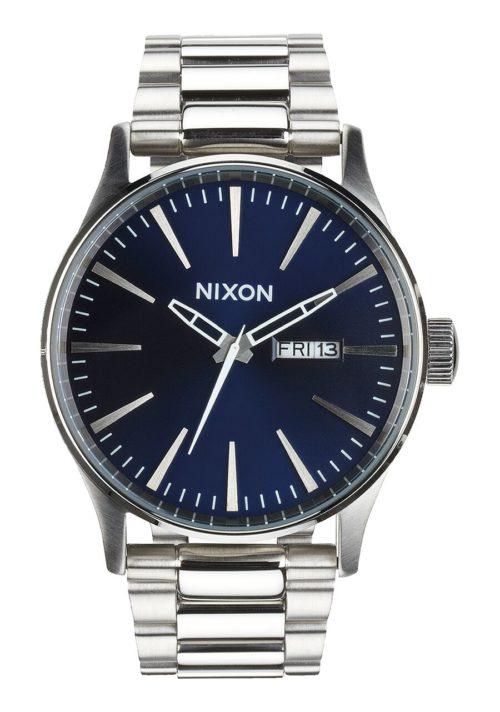Orologio Nixon Analogico per uomo A356 1258 della collezione Sentry. E' un orologio elegante per il suo quadrante blu e per i dettagli . La cassa è di dimensione 42 mm e il bracciale in acciao inox. Inoltre presenta un vetro minerale temprato e classe di impermeabilità è di 100 metri.