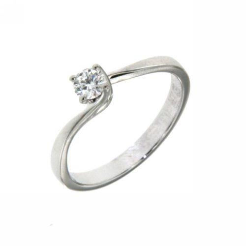 Anello Mirco Visconti BR857/40 . Anello Solitario realizzato in oro 18KT . Questo gioiello presenta un diamante di carati 0.24 col F VS.