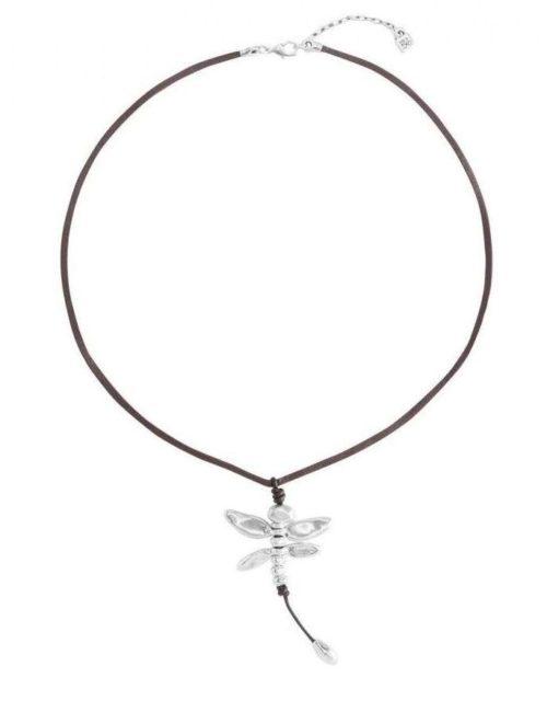 Collana Donna Uno de 50 COL0979MARMTL0U. Collana lunga in pelle marrone con pendente libellula in metallo argentato. Realizzata artigianalmente in Spagna.