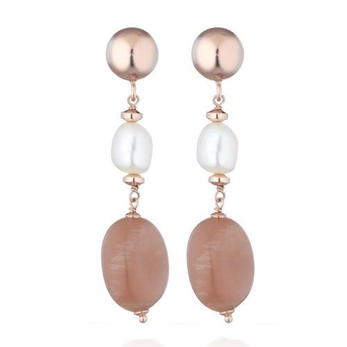 Orecchini Le Lune donna LGEA153 della collezione Glamour, in argento 925 rosè con perle d'acqua dolce naturali bianche e pietra di luna. Chiusura con perno e farfallina in argento 925. Gli orecchini sono lunghi 5 cm.