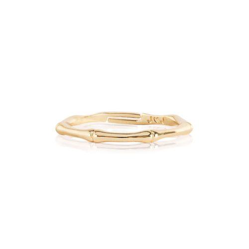 Anello donna Joma 2629. Anello regolabile in ottone placcato oro giallo a forma di bambù dorato. Indossali impilati per uno stile elegante.