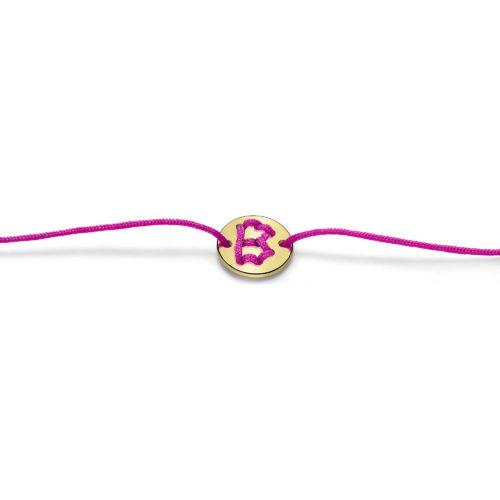 Bracciale Unisex Feelo FLJ0002 , by Breil, con lettera B , realizzato in cordino colorato fucsia e targhetta in argento 925 color oro. La lettera B di BATTICUORE