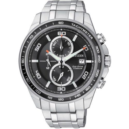 Orologio Cronografo Uomo Citizen Super Titanio CA0340-55E. L'orologio cronografo uomo Citizen Super Titanio CA0340-55E è un accessorio dallo stile elegante, interamente di color acciaio che regala una naturale robustezza all'oggetto. Questo cronografo è caratterizzato da movimento Eco-Drive a carica luce infinita, un sistema che permette di alimentare l'orologio in modo semplice e senza sprechi. Il segnatempo presenta cassa tonda di 45 mm in acciaio, bracciale in SuperTitanio Ti+IP, vetro zaffiro, fondo serrato a vite e quadrante nero con indici a bastoni e due sfere. La resistenza all'acqua è di 10 atmosfere.