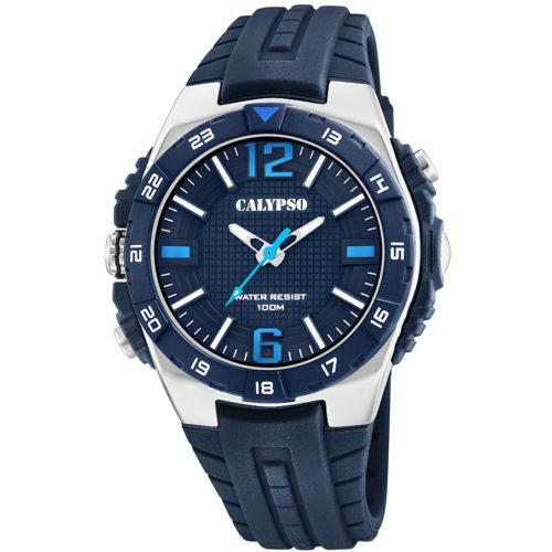 Orologio Calypso Solo Tempo Uomo K5778/3della collezione Street Style. Orologio con cassa in acciaio di forma rotonda con indici numeri arabi applicati. Il cinturino in gomma blu e presenta un movimento di tipo My121E . Inoltre la sua resistenza all'acqua è di 10 atm.