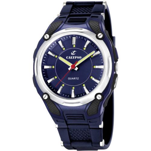 Orologio Calypso Solo Tempo Uomo K5560/3della collezione Versatil for Man. Modello con cassa di diametro 41.5 mm e il cinturino in resina di colore blu. Il quadrante blu con indici a bastoni applicati. La resistenza di questo modello è di 10 Atm.