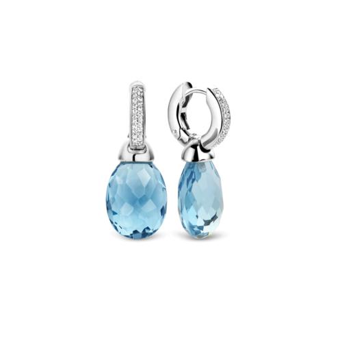 Orecchini Ti Sento 7726WB. Questi orecchini in argento sterling rodiato presentano cristalli azzurri, sfaccettati. La parte superiore è composta da zirconi montati a pavé che creano una luminosa superficie. Dimensioni gioiello: lunghezza 3,0 cm, larghezza 1,2 cm.