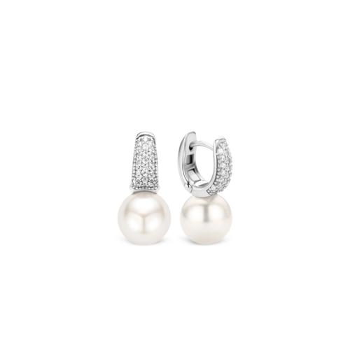 Orecchini Ti Sento 7750PW. Questi orecchini in argento sterling rodiato presentano bianche perle Swarovski con un diametro di 10 mm. La parte superiore è composta da zirconi montati a pavé che creano una luminosa superficie. Dimensioni gioiello: lunghezza 3,0 cm, larghezza 1,2 cm.
