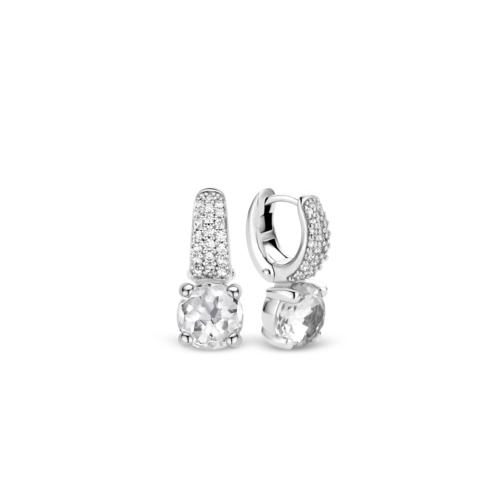 Orecchini Ti Sento 7752ZI. Questi orecchini in argento sterling rodiato presentano tondi cristalli bianchi, sfaccettati. La parte superiore è composta da zirconi montati a pavé che creano una luminosa superficie. Dimensioni gioiello: lunghezza 2,0 cm, larghezza 1,0 cm.