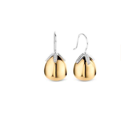 Orecchini Ti Sento 7775SY. Questi orecchini in argento sterling placcati oro giallo pendono orgogliosamente dalla montatura in pavé di zirconi bianchi. La loro forma liscia riflette la luce ad ogni movimento. Dimensioni gioiello: lunghezza 2,3 cm, larghezza 1,2 cm.