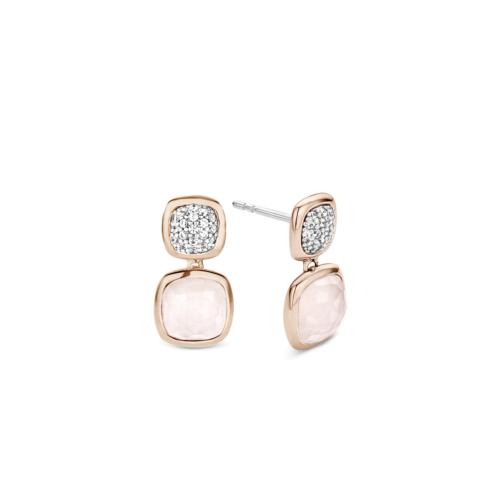 Orecchini Ti Sento 7735LPin argento sterling rodiato. La parte superiore è composta da un dischetto a forma di cuscino con un'incastonatura di zirconi taglio brillante. Nella parte inferiore, un cristallo rosa chiaro è sospeso a un anello ed inserito in un'incastonatura placcata oro rosa.