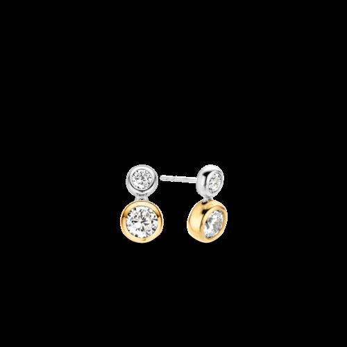 Orecchini Ti Sento 7746ZY. Orecchini lisci con zirconi incastonati a mano. La struttura superiore è in argento rodiato, mentre la pietra inferiore è placcata in oro giallo a 18 carati. Dimensioni: lunghezza 1, 5 cm larghezza 0,8 cm.