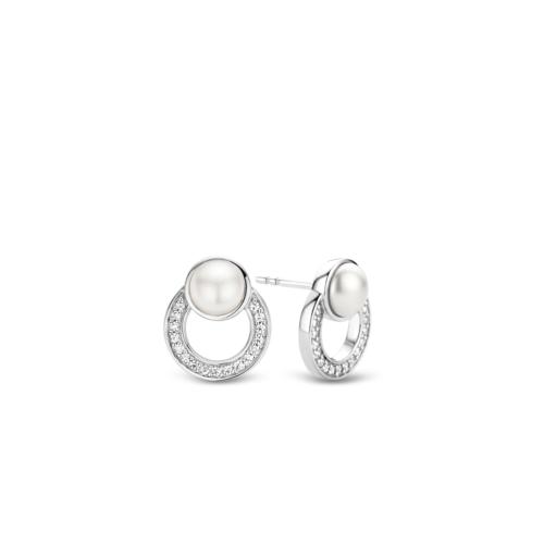 Orecchini Ti Sento 7749PW. Questi orecchini in argento sterling rodiato hanno un design moderno con forme tonde e perle Swarovski a castone. I cerchi sottostanti sono interamente composti da zirconi.