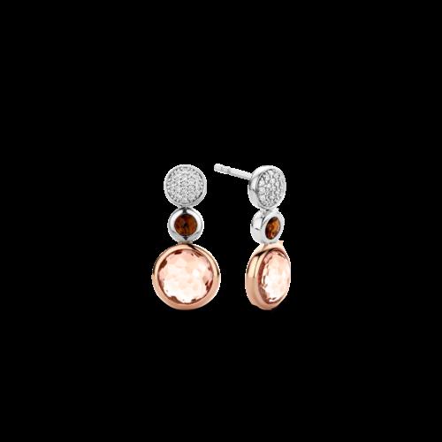Orecchini Ti Sento 7779TP. Questi orecchini in argento sterling rodiato presentano tre elementi tondi perfetti per farti risplendere con le luci della sera: pietre sfaccettate brune e cipria, dettagli in pavé di zirconi bianchi, argento e oro rosa.