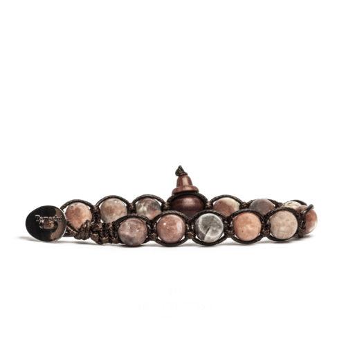 Bracciale unisex Tamashii Classic BHS900-137. Bracciale realizzato con un cordino di cotone, calabash in legno, sfere di opale rosa chiaro del diametro di 8 mm e bottone metallico di chiusura. Lunghezza regolabile da 16 cm a 23 cm.