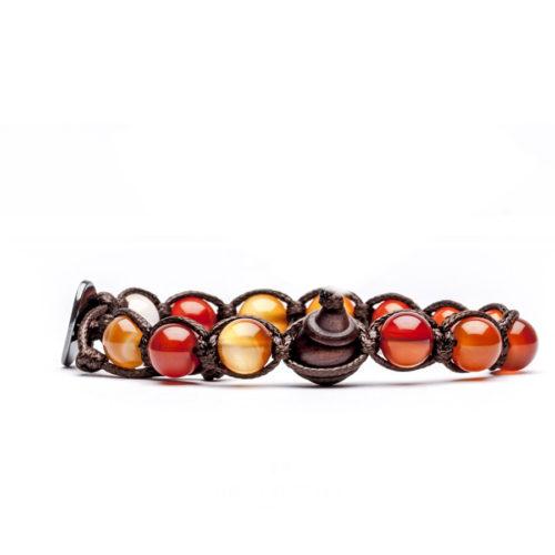 Bracciale unisex Tamashii Classic BHS900-19. Bracciale realizzato con un cordino di cotone, calabash in legno, sfere di corniola rossa-aranciato del diametro di 8 mm e bottone metallico di chiusura. Lunghezza regolabile da 16 cm a 23 cm.