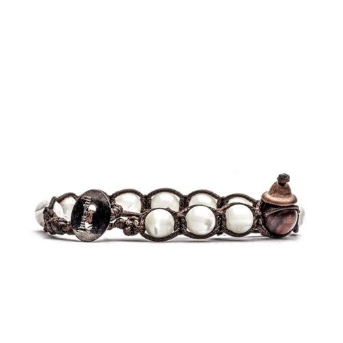 Bracciale unisex Tamashii Classic BHS900-39. Bracciale realizzato con un cordino di cotone, calabash in legno, sfere di madreperla color avorio del diametro di 8 mm e bottone metallico di chiusura. Lunghezza regolabile da 16 cm a 23 cm.