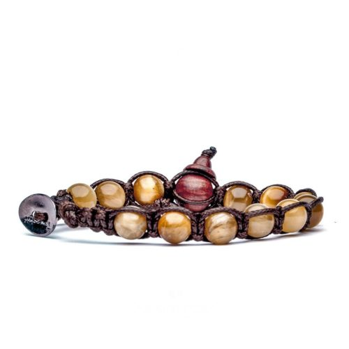 Bracciale unisex Tamashii Classic BHS900-80. Bracciale realizzato con un cordino di cotone, calabash in legno, sfere di occhio di tigre color giallo oro sfumato del diametro di 8 mm e bottone metallico di chiusura. Lunghezza regolabile da 16 cm a 23 cm.