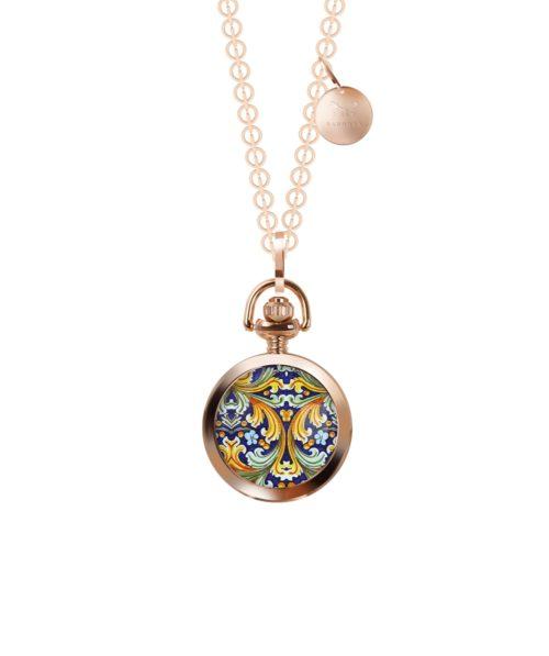 Collana Barbosa 47RSBA-CLR001. Collana rolò lunga 90 cm abbinata ad un orologio pocket 28 mm con motivo siciliano. La cassa rose' è in lega metallica nickel free e il movimento è al quarzo 2 sfere.
