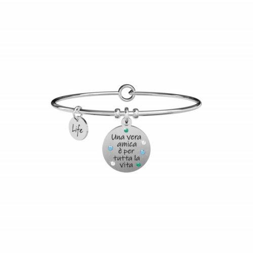 """Bracciale Kidult Donna731871 della collezione Love. Bracciale realizzato in acciaio inossidabile silver con pendente rotondo impreziosito da cristalli colorati e scritta incisa: """"Una vera amica è per tutta la vita""""."""