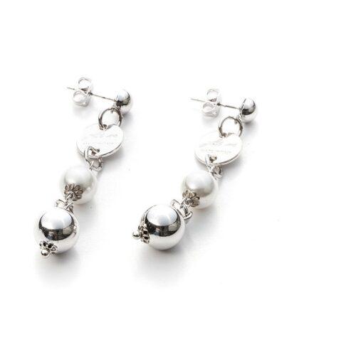 Orecchini Donna 4US Cesare Paciotti 4UOR2973W della collezione Boulevard. Orecchini pendenti in ottone con perle. Lunghezza: 5 cm. Chiusura a farfallina.