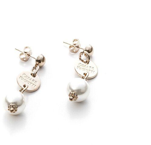 Orecchini Donna 4US Cesare Paciotti 4UOR2976W della collezione Beaded. Orecchini pendenti in ottone con perle. Lunghezza: 3,5 cm. Chiusura a farfallina.