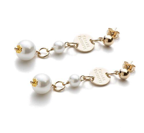 Orecchini Donna 4US Cesare Paciotti 4UOR3386W della collezione Gold Pearls. Orecchini pendenti in ottone con perle bianche. Lunghezza: 5 cm. Chiusura a farfallina.
