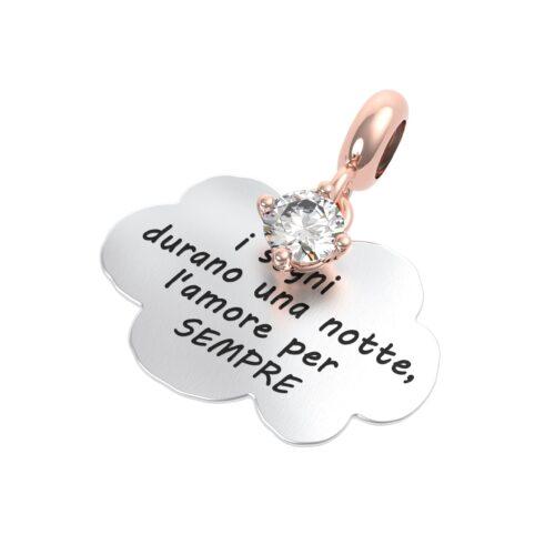 """Charme Donna Rerum 25066 della collezione Amore in argento 925 a forma di nuvola con incisione """"I sogni durano una notte, l'amore per sempre""""."""